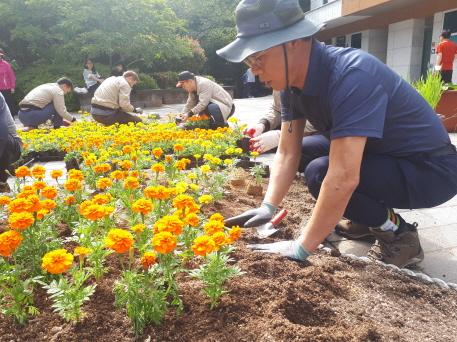 추연길 이사장 현장경영 참여(부산 어린이대공원 초화식재) 현장사진1